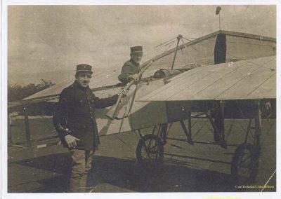 1 1918 Edmond Moyet, Ingénieur visionnaire & créateur des Amilcar 4 - 8 et prestigieux 6 cylindres auprès de son avion au Camp d'Avon en 1918