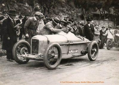 1926 Amilcar C.O. l'Ingénieur Moyet montre quelque chose à Morel avant le départ. 1