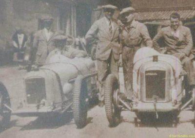 1927 20 05 Côte de Monrepos près de Bordeaux, le K.M. L., à gauche, l'Amilcar MCO G. H., au centre, Morel debout et cravate, à droite un C.O. 1