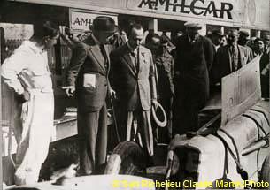 1927 25 07 GP Saint Sebastien. Martin 1er des 1100 sur le M.C.O. GH. Mr Sée montre à S.M. le Roi d'Espagne, le moteur de la 1100 MCO de Morel rupture d'un roulement de roue_