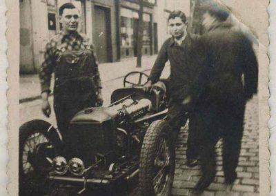 1932 01 02 C.A. Martin en pull à carreaux devant son Garage préparant l'Amilcar MCO, moteur groupe borgne (sans culasse détachable). 1