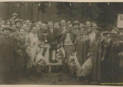 1932 15 16 05 Bol d'Or C.A. Martin 1er Cat. Course Amilcar MCO GH n°46. de G à D, Mauve. Tenant un bouquets de fleurs '' C.A. Martin, Sandford et les Frères Galoisy''. 2 - Copie