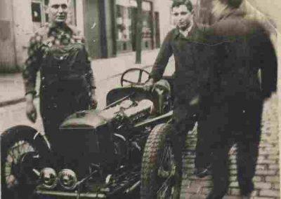 1932 C.A. Martin Amilcar MCO 1500, 6 cylindres Borgnes devant son Garage. 1