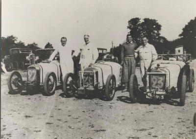 1932 -- -- Epreuve à Montlhéry, Amilcar 6 cylindres n°23 C.A. Martin, n°26 Bodoignet, n° 27 Poiré (à côté de mon père, Dausse (attaché à Amilcar). 1