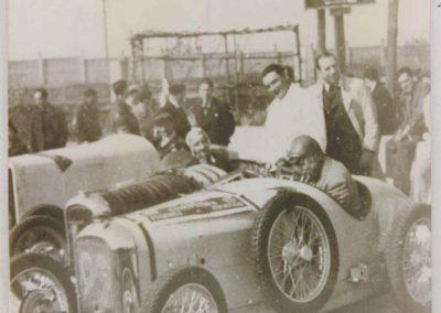 1933 -- Raph Amilccar C.O., n°27, celle de Druck (noir) à Montlhéry (aux 2 ponts), mon père en blanc. 1