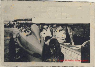 1936 -- -- A Montlhéry, vue exceptionnelle de l'arrière du MCO 1500 de mon père ''C.A. Martin'' (Aldo Gordini, frère d'Amédé est assis sur le rebord du stand). 1