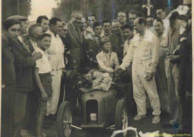 1947 18 09 Bol d'Or. Le Jamtel, Amilcar Monoplace, 1er Course. Pouponneau Amilcar-C.A. Martin. Cayla 1er Cat. Sport Simca-Gordini me serre la main devant Pigozzi PDG Simca, mon père, M