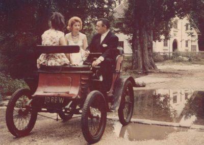 1952 -- -- mon père pilotant la Georges Richard Vis à Vis 1900, au Vésinet, moteur Vivinus, monocylindre, refroidi par air, transmission par courroie. 1