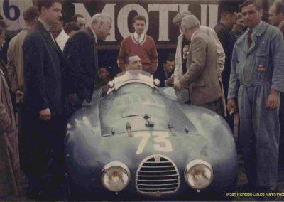 1955 15-16 05 Bol d'Or. C.A. Martin Simca-Gordini 1GS entouré de Salvi, Rost, Morel, Vallon, Baron Petiet, Rolland et moi-même en pulle rouge à Montlhéry. 1