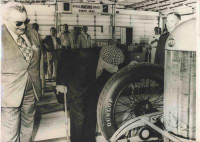 1973 30 05 René Thomas embrassant le pneu de la Delage avec laquel il a gagné les 500 Miles d'indianapolis en 1914. Au tour d'honneur une immens foule l'acclama. 3